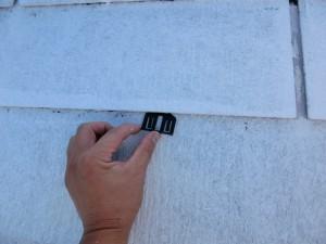 屋根の縁切り(タスペーサー)の挿入
